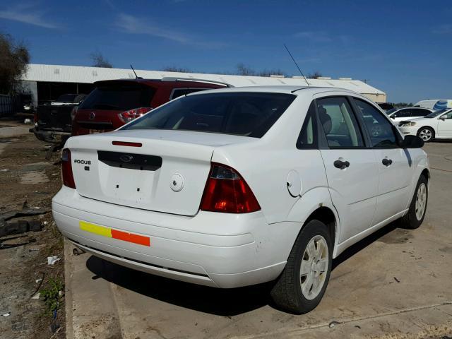 1FAHP34N27W331018 - 2007 FORD FOCUS ZX4 WHITE photo 4